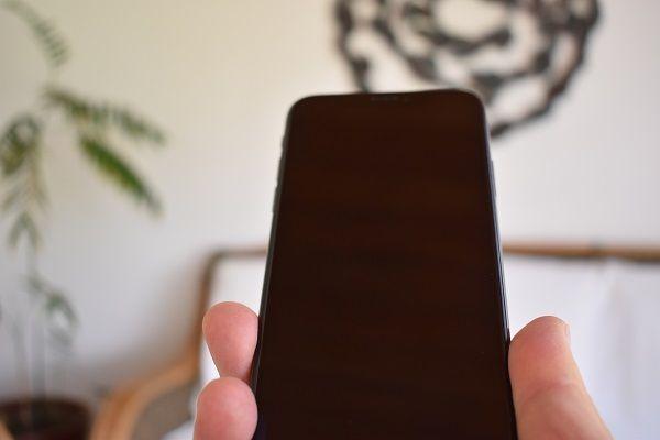 iPhone con pantalla negra